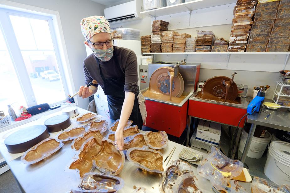 À quelques semaines de Pâques, la production est intense dans le petit atelier situé à l'étage de la boutique de Choco Chocolat.