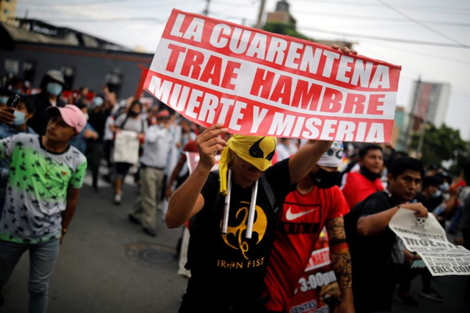 Manifestation contre le confinement, le 31 janvier à Lima. Sur l'affiche: « La quarantaine amène la faim, la mort et la misère ».
