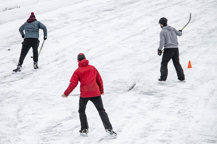 La patinoire du parc LaFontaine n'était pas très achanlandée dimanche– l'état de la glace y était peut-être pour quelquechose…