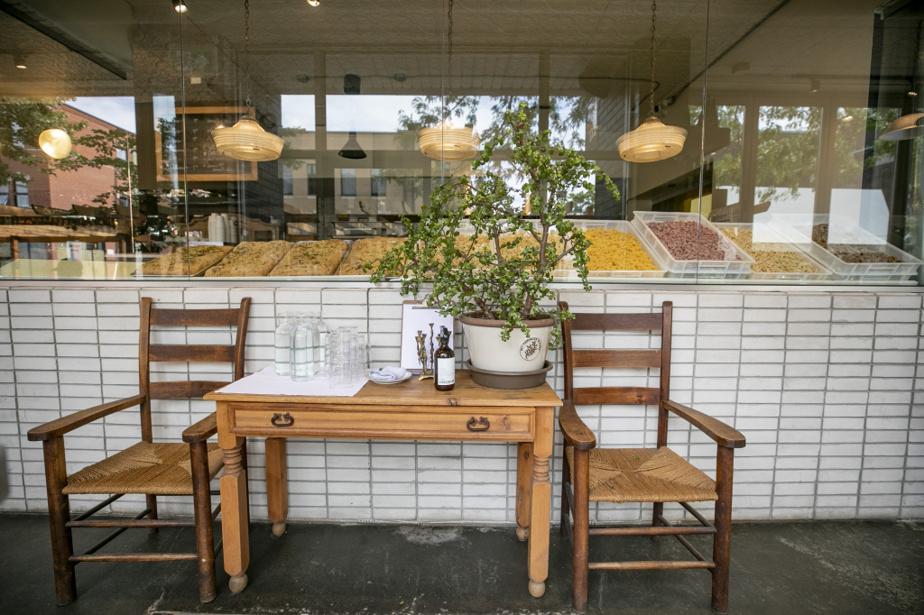 À l'entrée, on trouve une grande baie vitrée donnant sur la cuisine, où sont exposées focaccias du jour et pâtes fraîches.