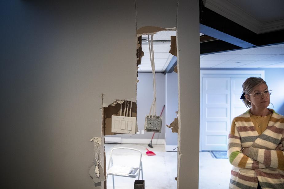Julie Ménard montre les pieux qu'elle a dû faire installer dans son sous-sol récemment refait.