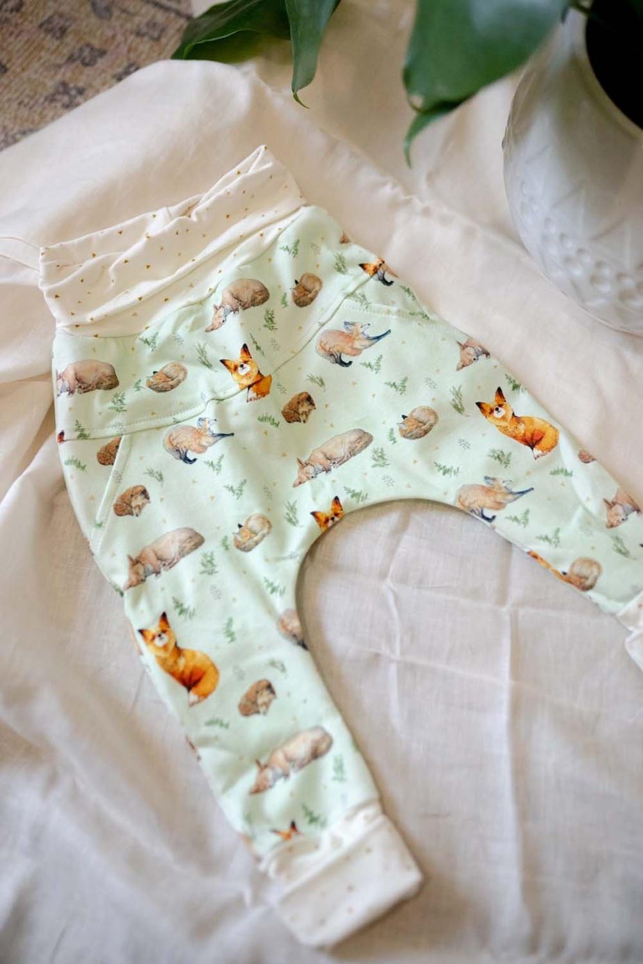La marque montréalaise Little Yogi charme avec ses vêtements pour enfants unisexes et évolutifs, faits à la main avec des matériaux naturels, comme du coton et du bambou biologiques. Une des pièces phares de la marque est sans doute le pantalon évolutif Harem, offert dans une variété de motifs et de couleurs, comme celui-ci, le «Little Fox», tiré de la nouvelle collection Moonchild. Prix: 53$ (tailles de 0-6mois jusqu'à 3-5ans), offert en ligne.