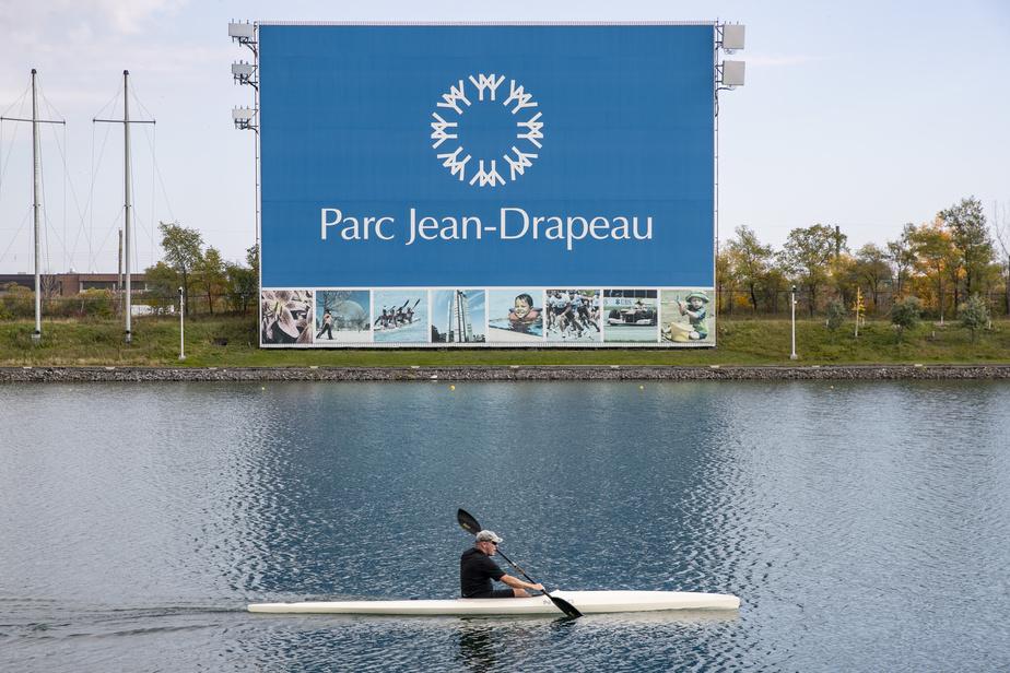 Construit à l'occasion des Jeux olympiques de 1976, le bassin est encore un lieu d'entraînement et de compétitions en aviron, canoë-kayak et bateaux-dragons. Ce kayakiste profite d'un bel après-midi d'automne pour le parcourir.