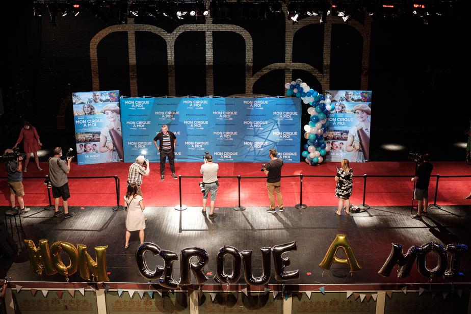 Le tapis rouge de quatre mètres de largeur a été déroulé sur la scène du cinéma Impérial, où acteurs et personnalités publiques pouvaient défiler en gardant leurs distances entre eux, mais aussi par rapport aux journalistes, photographes et caméramans, qui s'étaient tous fait attribuer une place marquée d'un X, d'où ils ne pouvaient se déplacer. Afin de respecter les règles de la Santé publique, un maximum de 250personnes a pu entrer dans le théâtre de la rue De Bleury pour assister à la projection du film.