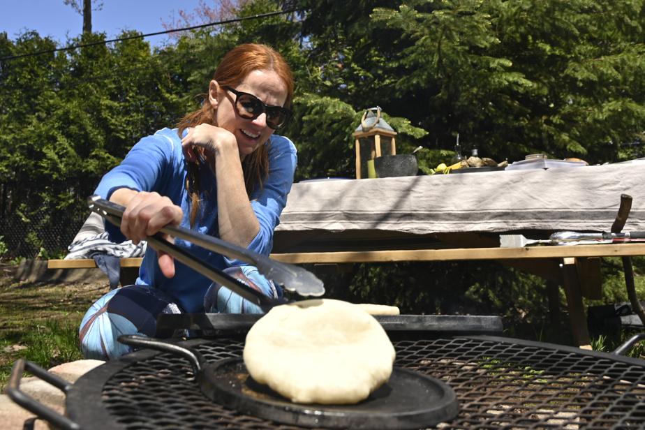 Le pain batbout se cuit sur une poêle en fonte, à sec. Il faut bien le surveiller afin qu'il ne brûle pas.