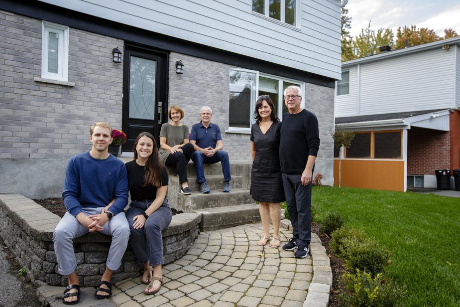 Vincent Jalbert-Murray et Ève Joly, en avant, viennent d'emménager dans leur maison, à Dorval. Leurs parents respectifs, Marie Jalbert et Kelly Murray, à l'arrière, Chantal Blouin et Richard Joly (à droite), ont donné un solide coup de main pour que le projet se réalise.