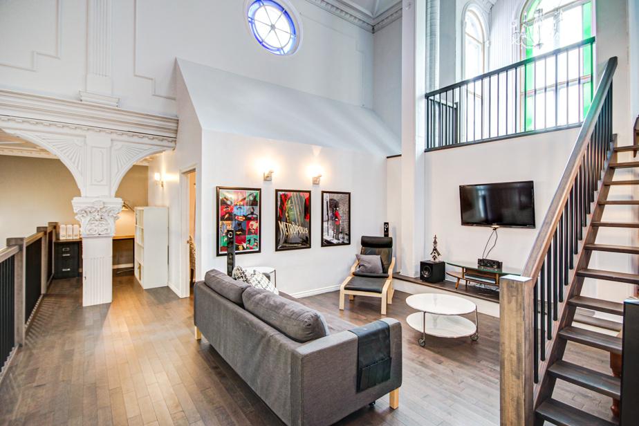 Un coin boudoir, avec télé, a été aménagé entre les deux chambres. L'escalier que l'on voit permet d'accéder à un niveau plus haut. De là, on peut encore monter, aller sur le toit et même jusque dans le clocher.