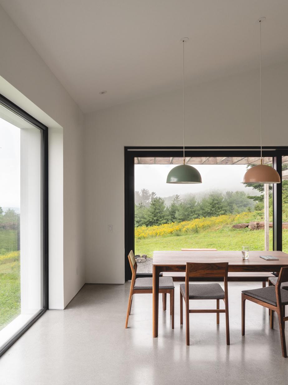 Les plus hauts standards de performance énergétique et de construction écologique ont été visés tout en accordant beaucoup d'attention à la qualité des espaces. La lumière entre à flots.