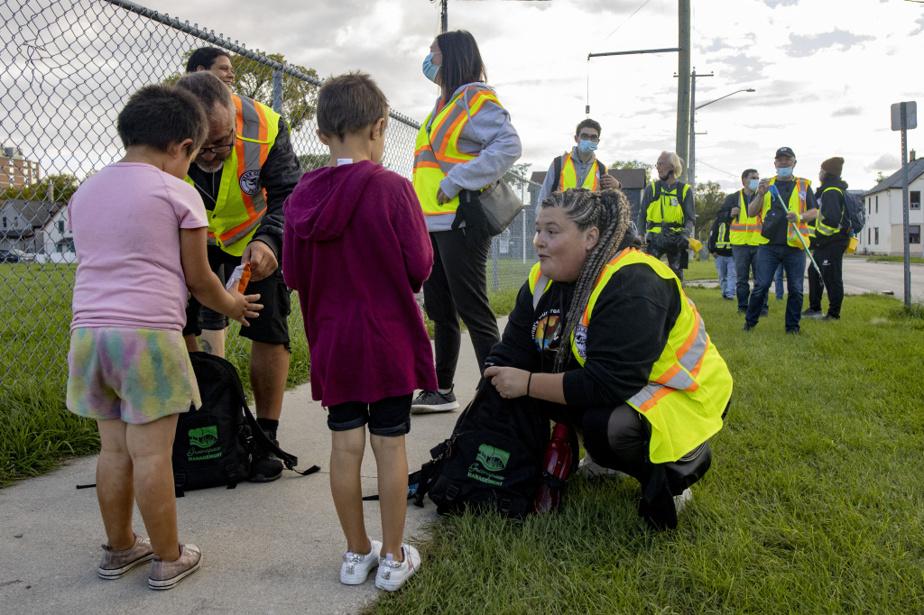 Melanie Ross offre des friandises à des enfants de Winnipeg. «Nous avons gagné la confiance des gens et leur respect en sortant beaucoup dans les quartiers. Je pense que ça fait une différence», dit Kevin Walker.