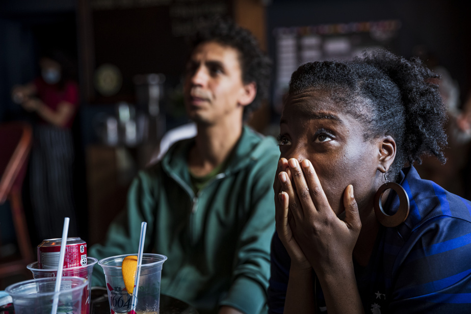 Les supporteurs français sont passés par toute la gamme des émotions au bar L'Barouf à Montréal, lundi.