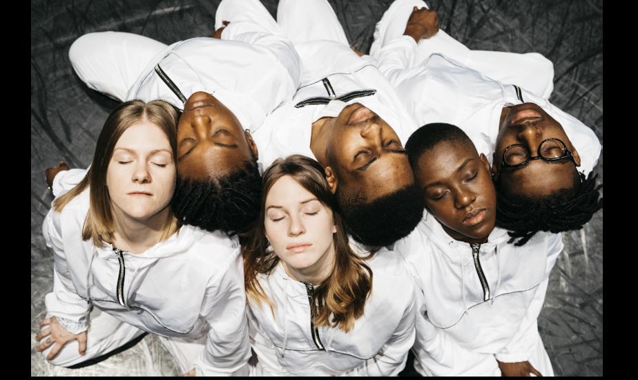 Ebnflōh est un groupe de danse hip-hop montréalais actif depuis 2015. Il s'est fait remarquer en 2019 pour son œuvre In-Ward, construite à partir de la célèbre phrase «L'enfer, c'est les autres» de Jean-Paul Sartre. Quatre interprètes du groupe seront présents au Théâtre Gilles-Vigneault pour interpréter In-Beauty, création remettant en question les paramètres du genre féminin. La représentation aura lieu le 21août.