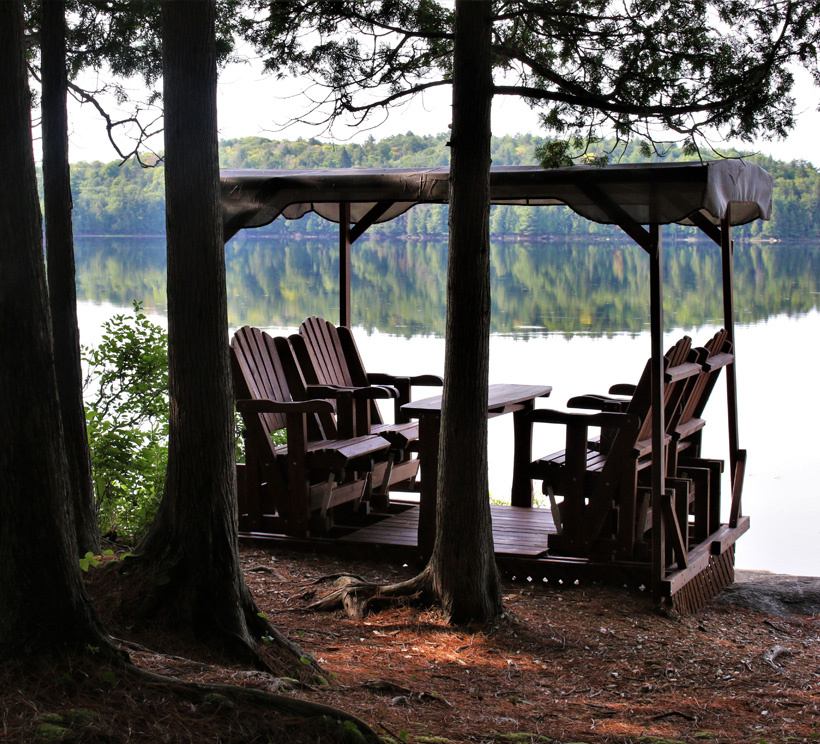 Cet été, sans appareil de climatisation, Anne-Josée Laquerre n'a pas souffert des canicules successives. La brise du lac et l'ombre procurée par la forêt environnante ont rendu la chaleur agréable. Voici l'endroit où elle va manger le midi.