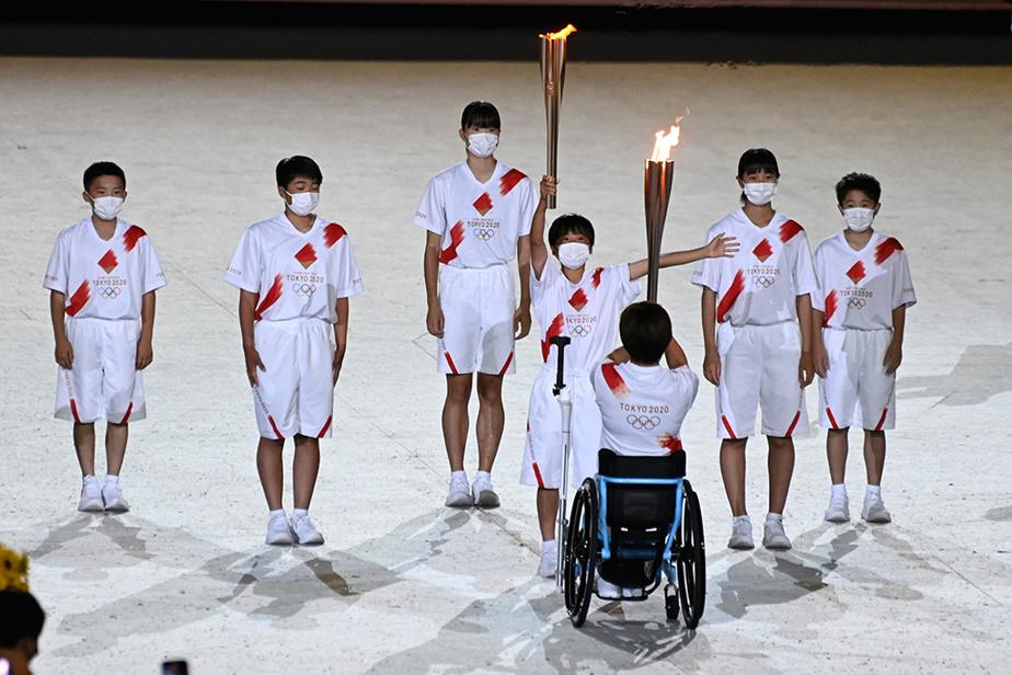 Moment fort attendu de cette cérémonie, le relais de la flamme à l'intérieur du stade a mis en vedette d'anciens grands sportifs du pays, un athlète paralympique, une infirmière, un médecin et un groupe de six étudiants…