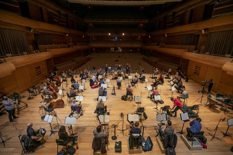 10septembre2020. Répétition de l'Orchestre symphonique de Montréal (OSM) en vue des premiers concerts de la saison, présentés au début du mois de septembre. Avec le chef Bernard Labadie et la moitié de l'orchestre, les musiciens se tiennent à deux mètres de distance.