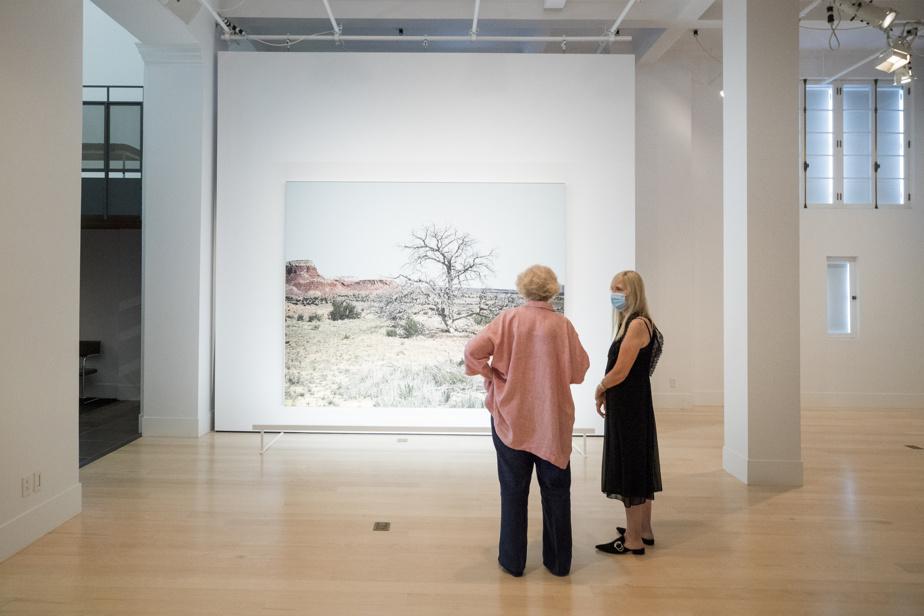 Geneviève Cadieux avec Isabelle de Mévius, la fondatrice du 1700 La Poste, lors de l'exposition de la photographe au centre d'art de Griffintown en août2020