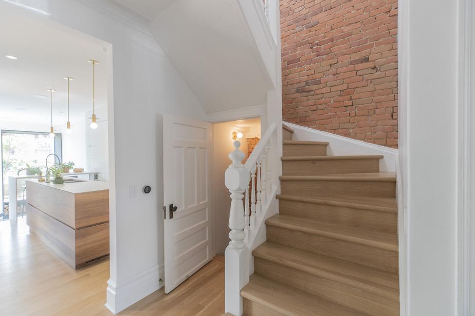 L'escalier a été conservé, ainsi que soigneusement restauré, afin de lui redonner son lustre d'antan. «On voulait aussi remettre en valeur l'ancienne brique d'origine», précise Philippe d'Etcheverry.