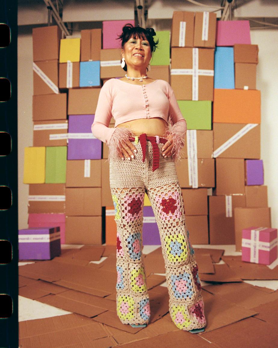 Ce pantalon, inspiré de la couverture «granny square», est un clin d'œil aux années1960.