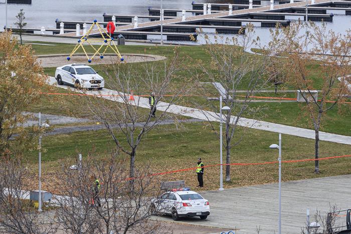 C'est sur la Place de 400e que les policiers ont intercepté Carl Girouard. Un imposant cordon de sécurité quadrillait encore l'espace au lendemain de la tragédie.