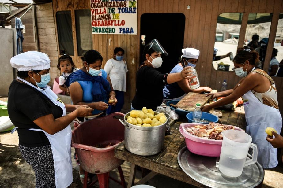Cuisine collective à Comas, en banlieue nord de Lima, destinée à nourrir des centaines de familles pauvres du secteur.