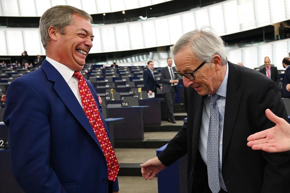AFP              Le leader des pro-Brexit l'eurodéputé Nigel Farage discute avec Jean Claude Juncker