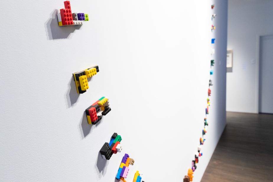 Le centre du monde (détail), 2019, Michel Goulet, installation de blocs Lego, aimants, 3,65m de diamètre