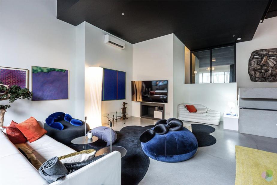 Il y a plusieurs coins où l'on peut se reposer dans les lofts. Celui-ci fait office de salon et de salle de télé.