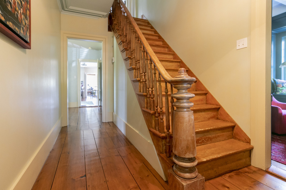 Il y a deux escaliers à l'intérieur de la demeure de 4200pi2 (390m2). Voici celui de la maison originale.