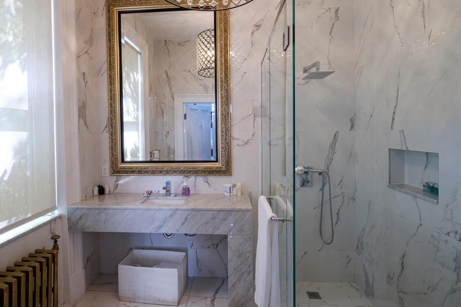 Les salles de bains ont été rénovées il y a deux ans et demi. Celle-ci se trouve au rez-de-chaussée.
