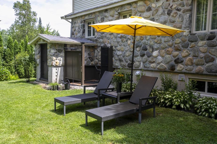 Les chaises longues sous un parasol sont également invitantes.