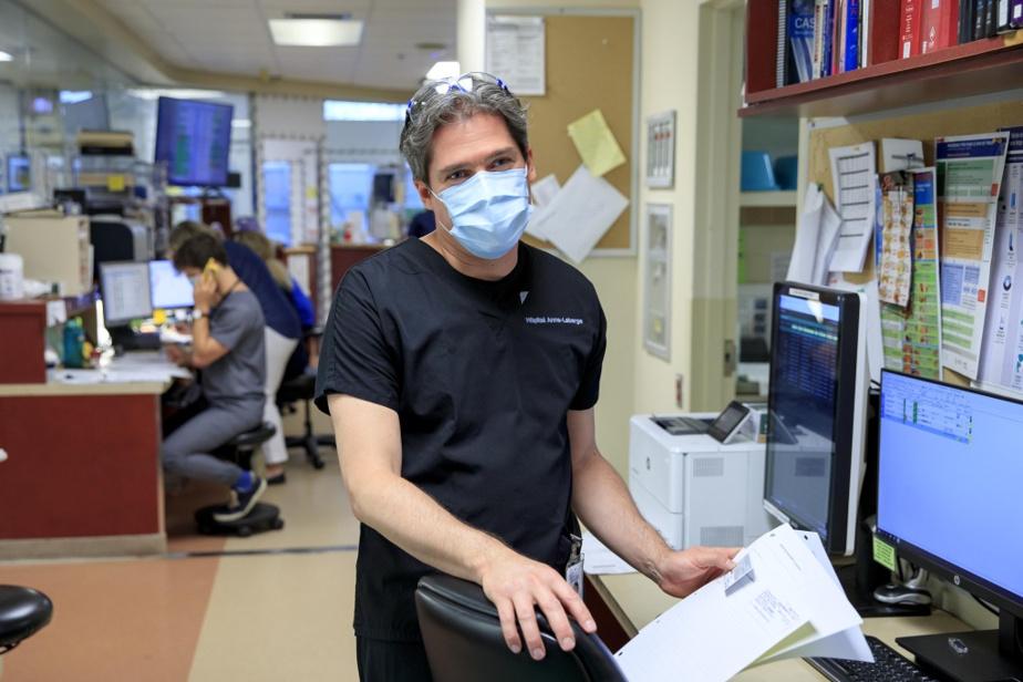 Debout devant un ordinateur, le DrFrédéric Sauvé semble sourire derrière son masque malgré le chaos. Il discute avec des collègues. Pour lui, le problème n'est pas le dévouement des équipes. «C'est le volume de patients qu'on reçoit», note-t-il. Au départ, l'hôpital du Suroît a été conçu pour servir 55000habitants. Il soigne aujourd'hui un bassin de 275000personnes.