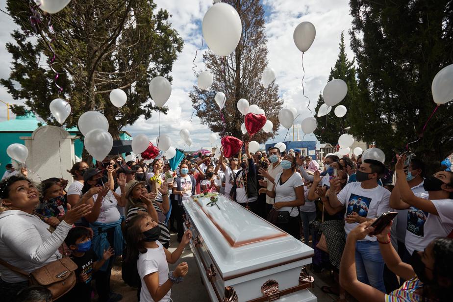 Des proches de Jeanette Zacarias Zapata relâchent des ballons vers le ciel en guise d'ultime au revoir.