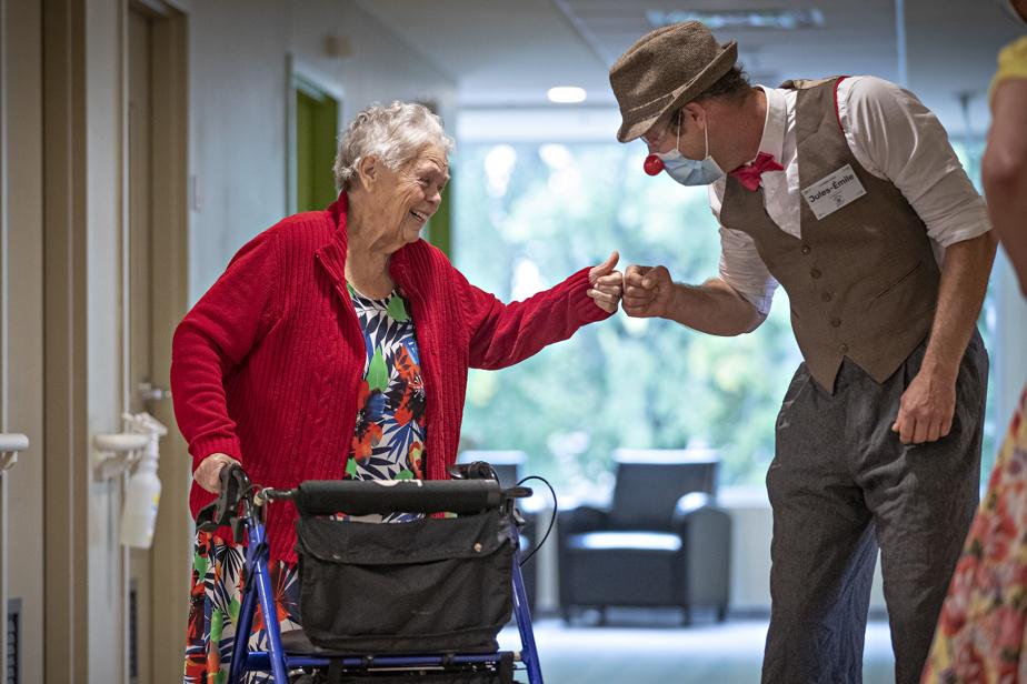 10septembre2020. Un clown fait une visite à la résidence pour personnes âgées Le Faubourg avec une équipe de comédiens, six mois après le début de la pandémie.