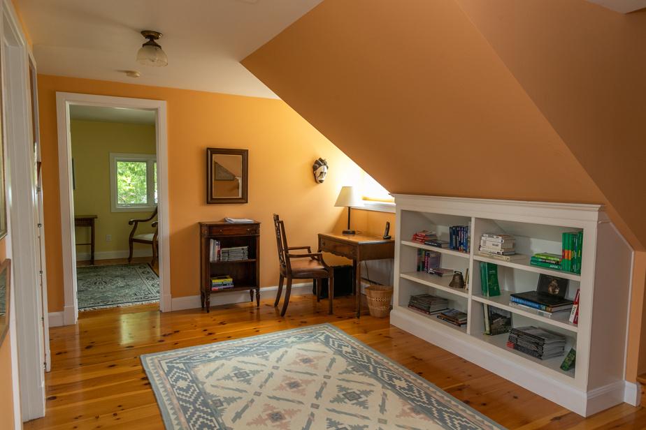 Un des deux espaces reliant les pièces de l'étage. À noter que chaque fois qu'ils le pouvaient, les propriétaires, de grands lecteurs, ont inclus des étagères pour y déposer des livres.