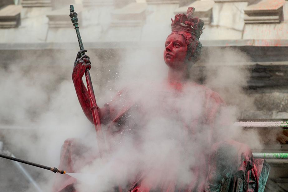 La statue de la reine Victoria, rue Sherbrooke, est nettoyée après avoir été vandalisée durant la nuit de mercredi àjeudi.