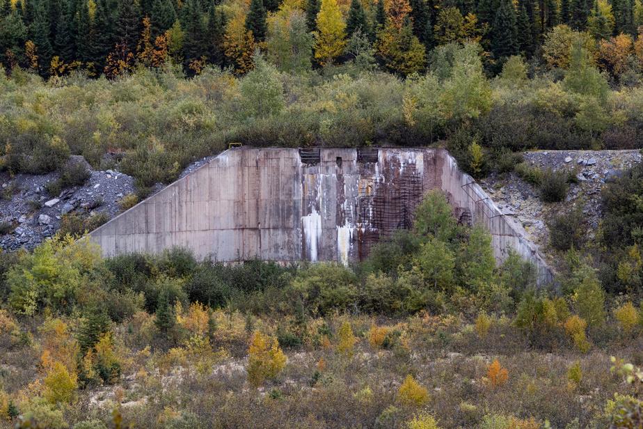 Une ancienne structure de béton rappelle l'emplacement de l'usine de transformation du minerai en concentré de fer.