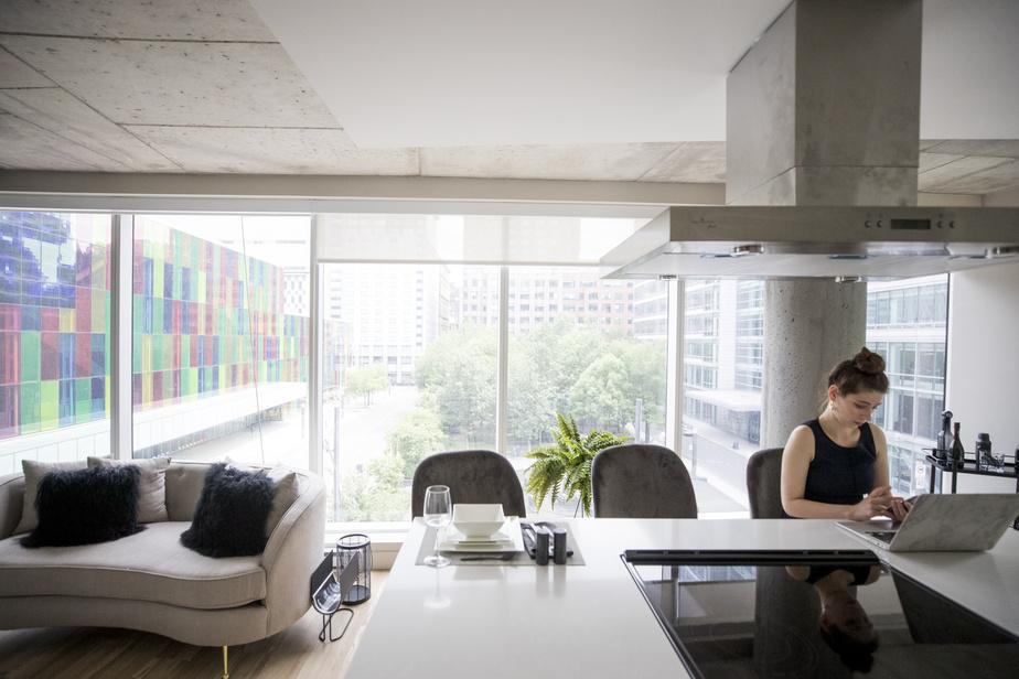 L'appartement locatif témoin, où travaille DaphnéGohier, agente de location, se trouve au quatrième étage. Il donne une vue directe sur la place Jean-Paul-Riopelle, de l'autre côté de la rue.