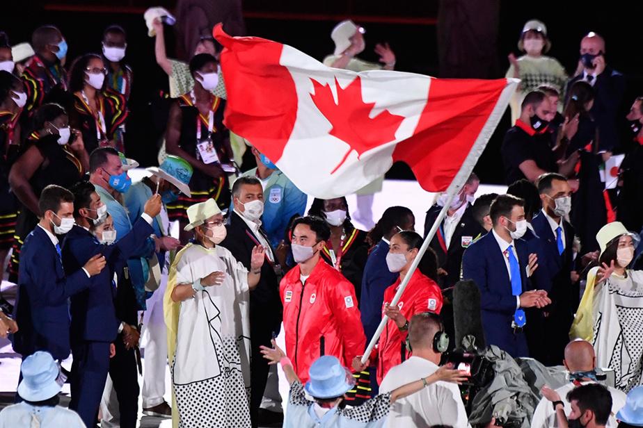 Environ 30 minutes après l'arrivée des premiers athlètes, une trentaine de membres de la délégation canadienne, dont les porte-drapeaux, Miranda Ayim et Nathan Hirayama, ont fait leur entrée dans le stade.