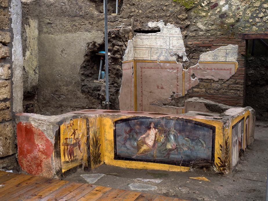 Le comptoir figé par la cendre volcanique avait été en partie exhumé en 2019mais les travaux ont été étendus pour préserver au mieux l'intégralité de l'emplacement, situé dans un quartier qui était très fréquenté.