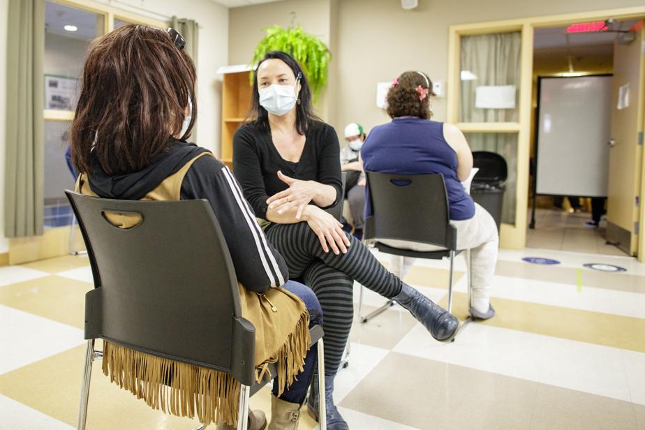 Dans la salle d'observation où les patients doivent attendre 15minutes après avoir reçu leur vaccin, une dame est prise de vertiges. Valérie Demers se rend à ses côtés et veille sur elle. Sur une autre chaise, la jeune femme qui était un peu plus tôt terrorisée rassure une de ses amies qui vient à son tour se faire vacciner.