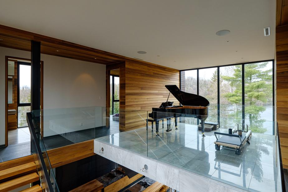 Située à l'étage, la mezzanine unit les chambres. Les propriétaires y ont installé le piano à queue de leur fille.