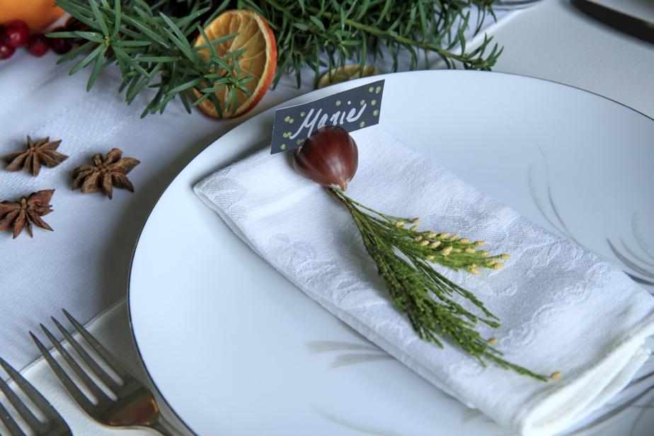 Des marrons agrémentés d'une branche de cèdre ou de romarin font office de marque-place.