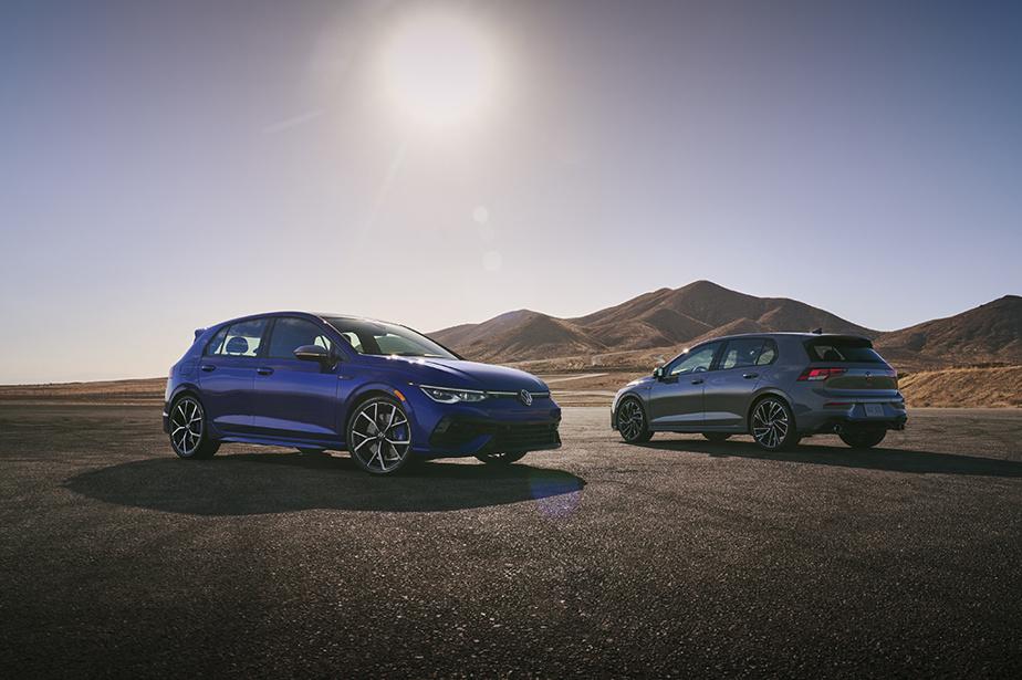 Volkswagen Golf R/GTI — Volkswagen n'a cependant pas perdu de vue l'importance du duo de compactes sportives des Golf GTI et Golf R. Icônes de leur segment, elles sont les seules représentantes de la huitième génération de la gamme Golf au pays, alors que le modèle de base a été remplacé par le Taos. Elles demeurent mues par des quatre-cylindres de 2L turbo de 241ch pour la GTI et de 315ch pour la R à rouage intégral. Le constructeur continue de proposer la boîte manuelle à six rapports pour des deux modèles et la boîte à double embrayage (sept rapports).