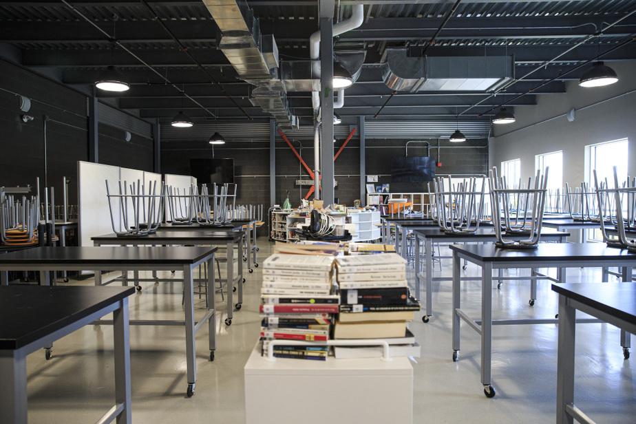 Les élèves retrouvent une cafétéria vide de ses tables, puisqu'ils mangeront aussi dans leur classe, en 30minutes bien comptées.