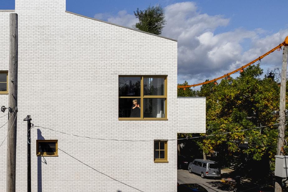 La maison de Nancy-Marie Bélanger, d'Hugo Didier et du petit Jules, conçue par le studio Jean Verville, côté ruelle avec ses fenêtres de toutes tailles aux châssis dorés.