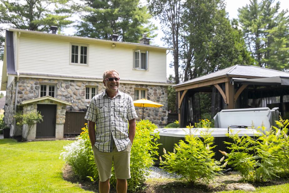 André Julien travaille à la maison depuis 30ans. Dès qu'il le peut, il s'installe dans son «gazebo», visible à l'arrière-plan, où il a une vue sur le jardin.