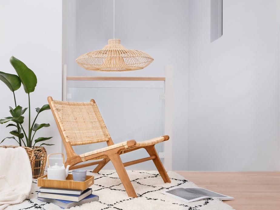 Il est important, pour quelqu'un qui travaille à la maison, d'aménager un petit coin douillet vraiment pour soi, estime Yan-Erik Tessier, de Zone Maison. Un tapis super doux, un jeté, un fauteuil et un luminaire en rotin, ainsi que des plantes sont tous des éléments qui permettent de créer un espace super chaleureux. Le fait de s'entourer de belles choses ne peut qu'aider à la créativité.