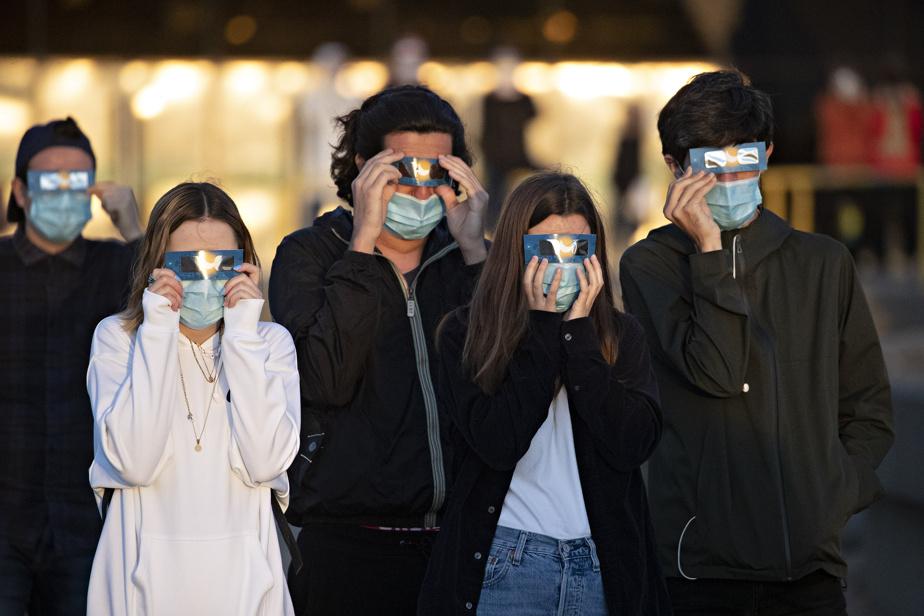 Megan Michaud, Anthony Sansone, Agathe Montcorgé et Raphael Dias-Brandao observent l'éclipse partielle de Soleil à Montréal le 10juin.