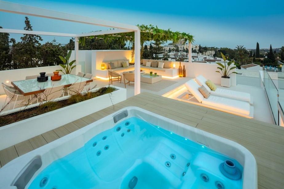 La terrasse sur le toit a été équipée d'une baignoire à remous et de nombreux sièges.