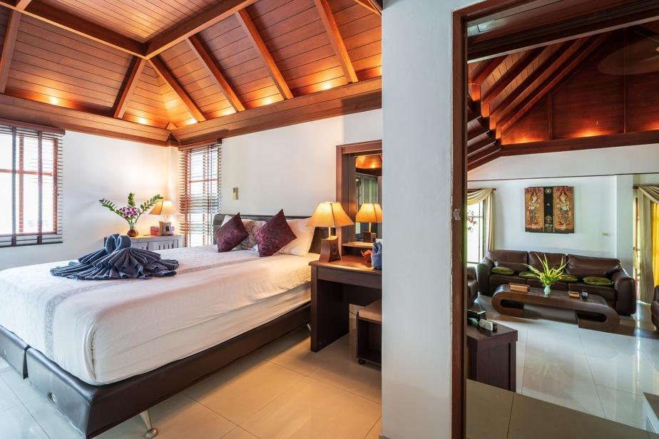 Le jeu de lumière mettant en valeur le plafond de bois est remarquable.