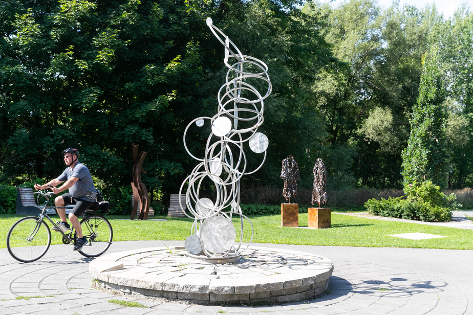 La petite place près du parc Denise-Lauzière à Waterloo est remarquable. Proche du lac et émaillée de nos sculptures préférées du parcours, elle est une zone d'arrêt à privilégier. On voit ici Jonc, du sculpteur Jean Côté.